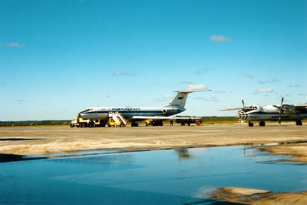 Am 29.06.1997 landeten wir auf dem Raduschny Airport, der voller Pfützen stand, gefährlich!
