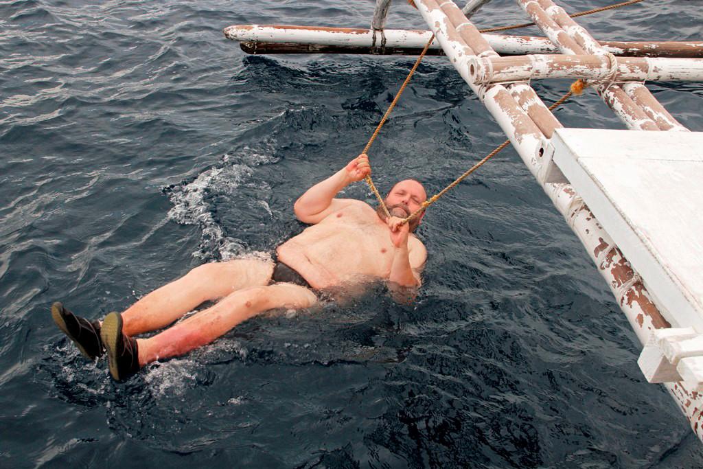 Er lässt sich an der Leine von der Boholsee umspülen, sicher ist sicher!