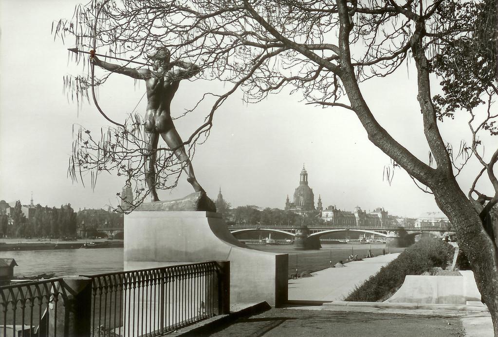 Dresden - Neustädter Elbufer, Bogenschütze