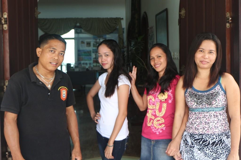 Pedro, Angelita, Tina und Anita am Portal, bei denen läuft es wie geschmiert. Der Gast fühlt sich wohl! Es fehlt der Koch, auch ihm ein dickes Lob!