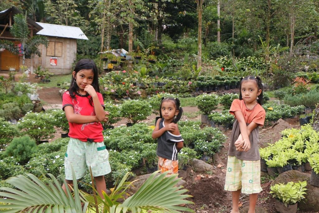 """Weit oben wird hier von Einheimischen eine """"Gärtnerei"""" betrieben, die auch uns bekannte Zimmerpflanzen heran ziehen und in der Stadt verkaufen. Die Kinder lassen sich gerne fotografieren!"""