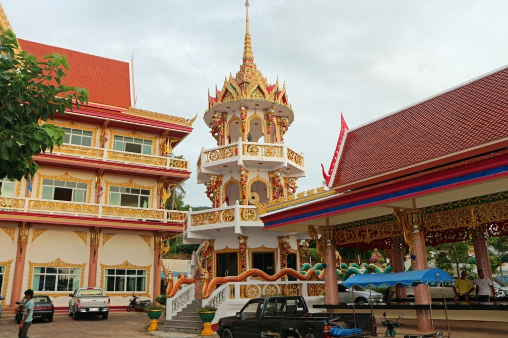 ...Teilansicht des Tempelkomplexes Wat Karon