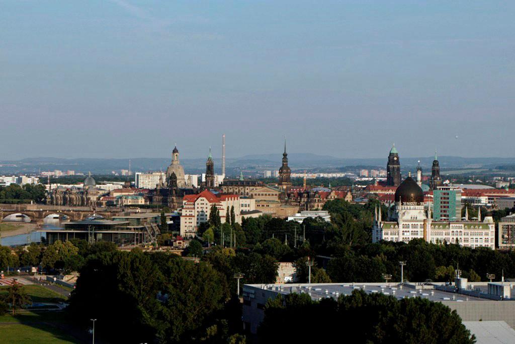"""...wir haben Dresden´s """"Skyline"""" direkt vor Augen! Markant von links Glasdom der Kunstakademie, Frauen- und Hofkirche, Schlossturm, Rathausturm, Yenidze, Kreuzkirche"""