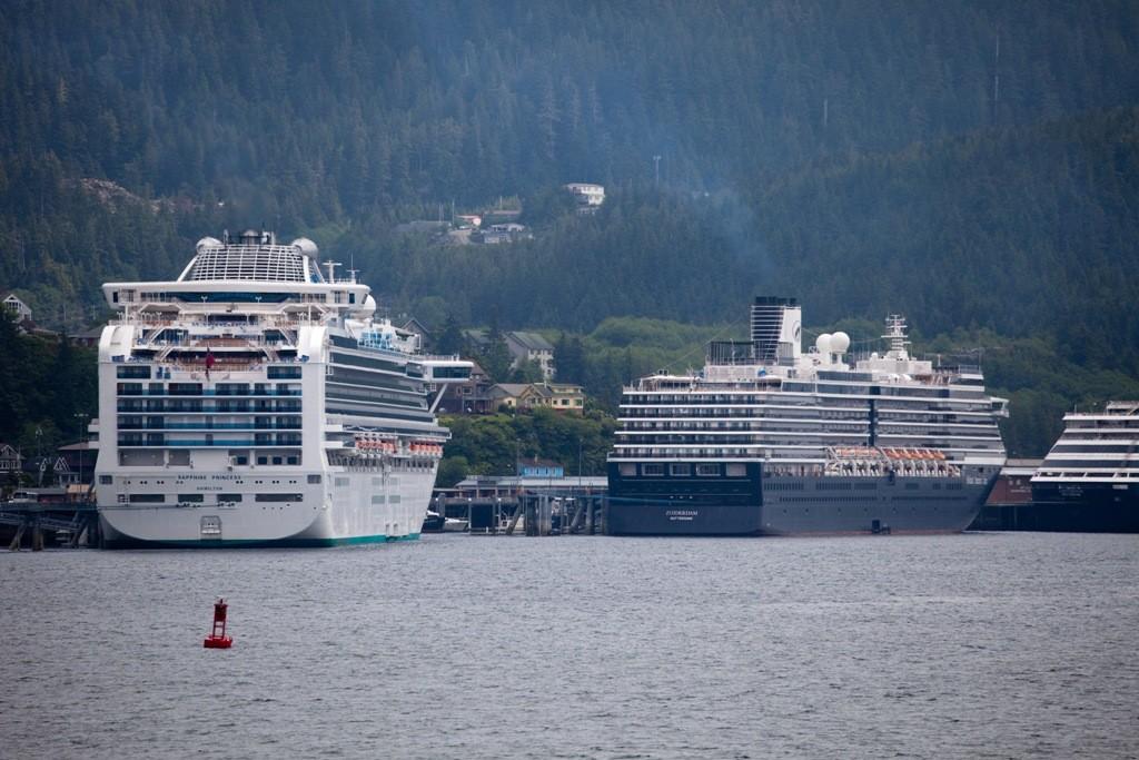 In Ketchikan (Alaska), nach erfolgter reibungsloser Zollabfertigung, angelangt. Im Hafen liegen die riesigen Kreuzfahrschiffe auf Reede