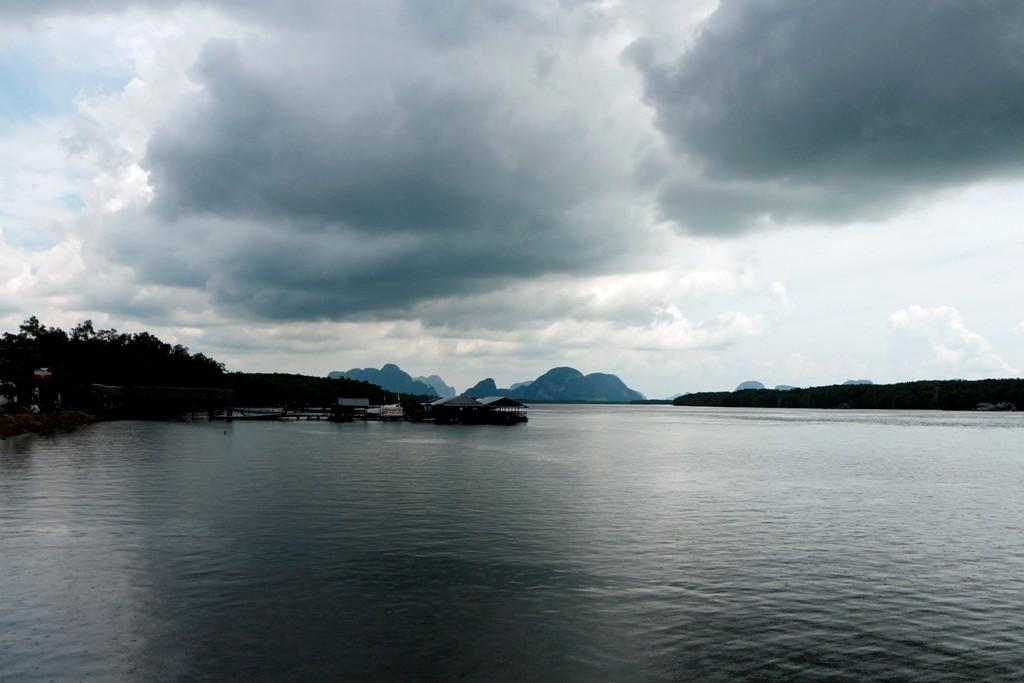 Schon nach wenigen Minuten Bootsfahrt wurde die Intensität des Regens stärker!