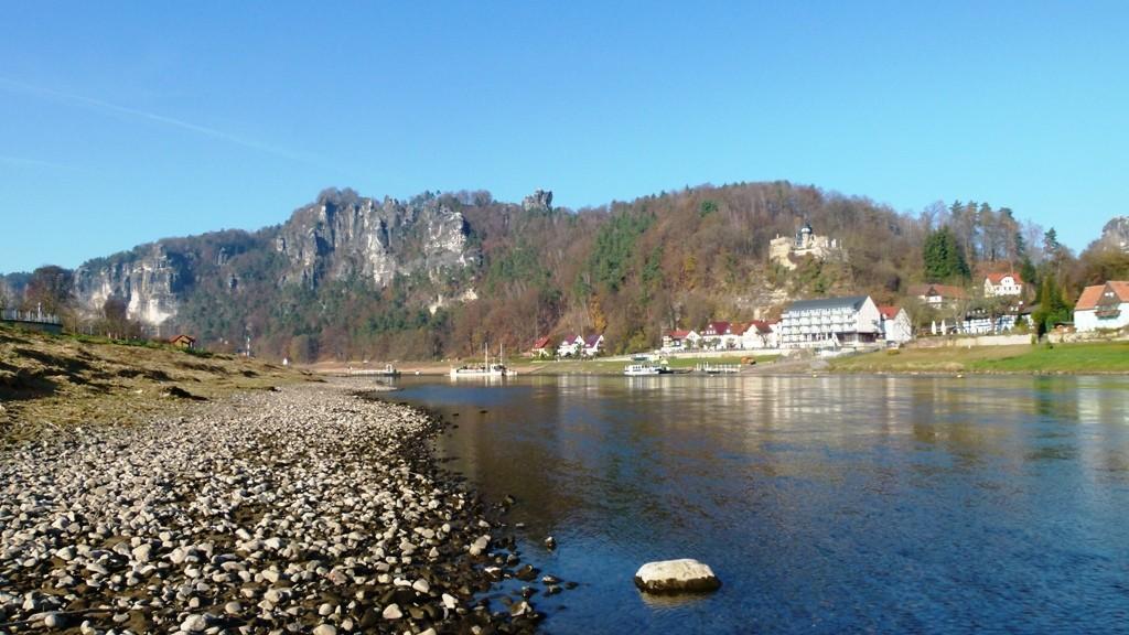 Die Elbe mit der Teilansicht Rathens und dem Basteimassiv aus etwas anderer Perspektive!