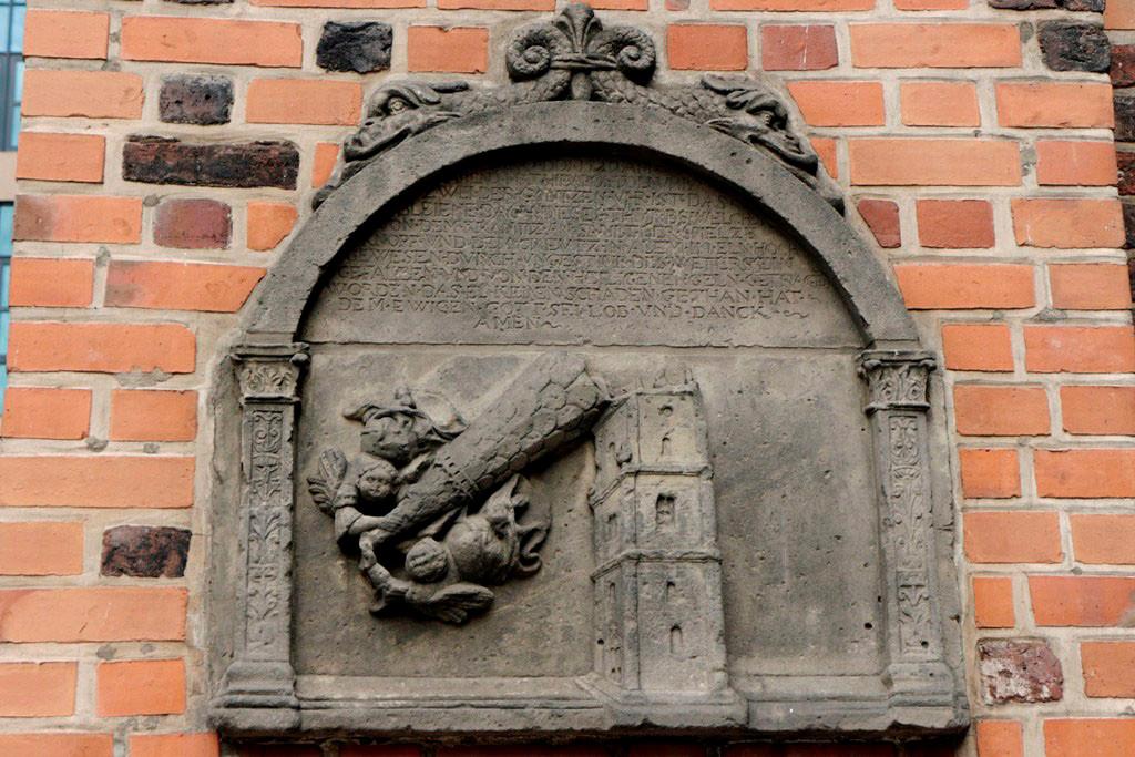 Die 1250 erbaute kath. Kirche wurde 1525 von Protestanten übernommen. 1529 brach die 140 m hohe Turmspitze bei einem Orkan ab. Der heutige Turm wurde 1535 erbaut und ist nur noch90 m hoch!