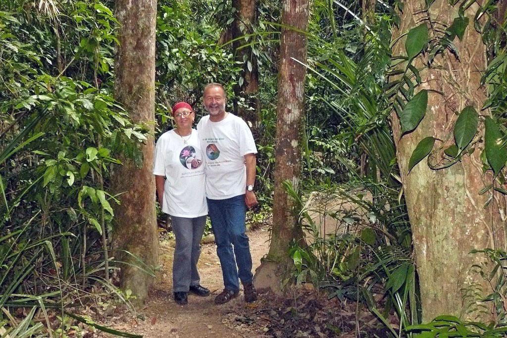 Wir beide im Rainforest auf z.T. schwierigen Wegen.