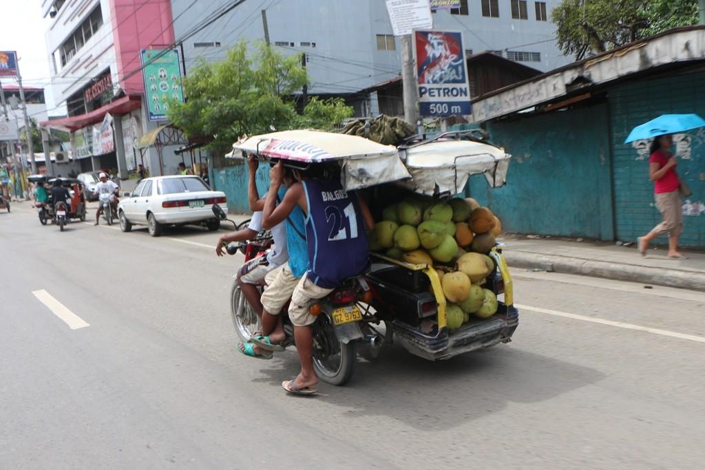 """Was auf diesen """"Dreirädern"""" Tricycles genannt alles so transportiert wird verlangt Respekt ab, Verkehssicherheit ist eher Nebensache!"""