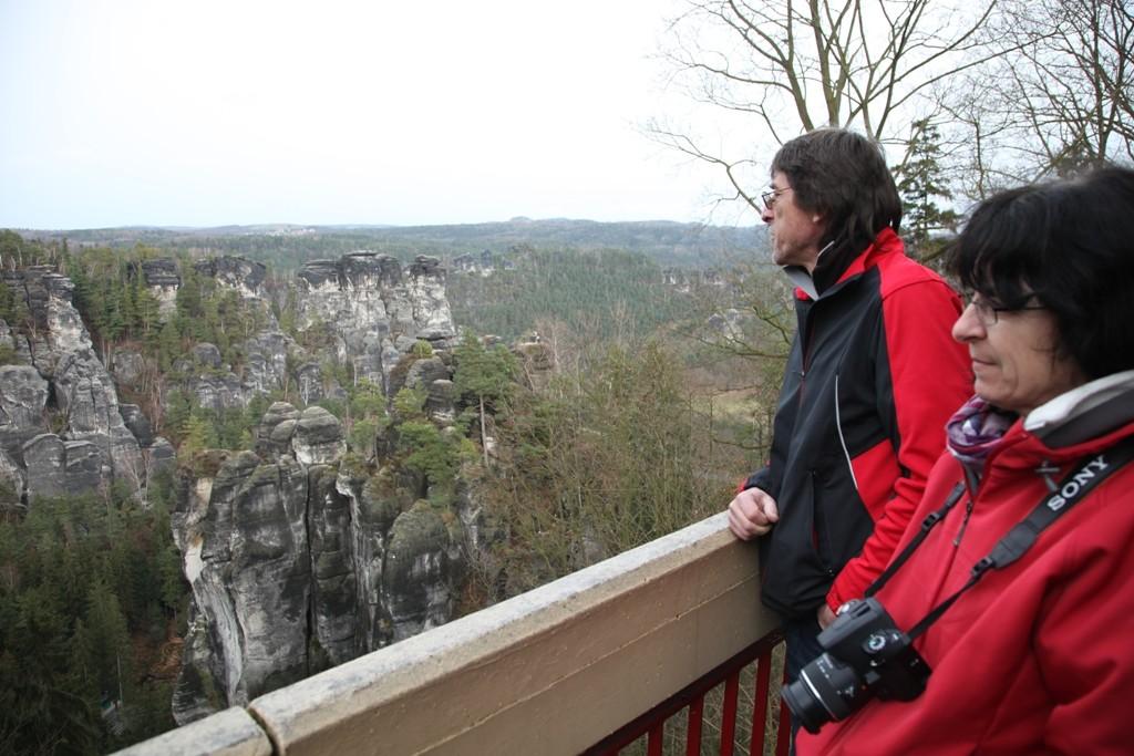 Birgit und Lothar mit Blick auf den Wehlgrund und die Kleinen Gansfelsen