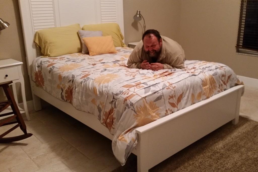 Udo´s Schlafzimmer, er macht es sich gleich erst mal bequem
