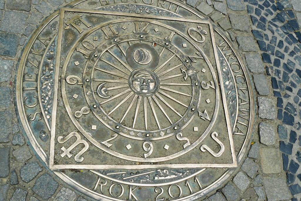 """Auf dem Fußweg am Nankiera Platz eingelassen, ein symbolischer Kalender! Hier beginnt der """"Weg der Geschichte von Breslau"""" aus 18 Bronzetafeln"""