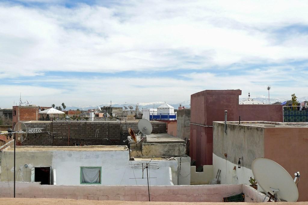 Über die Dächer Marrakech´s geschaut, dort wo diese Baldachine sind befinden sich auch Hotel´s!