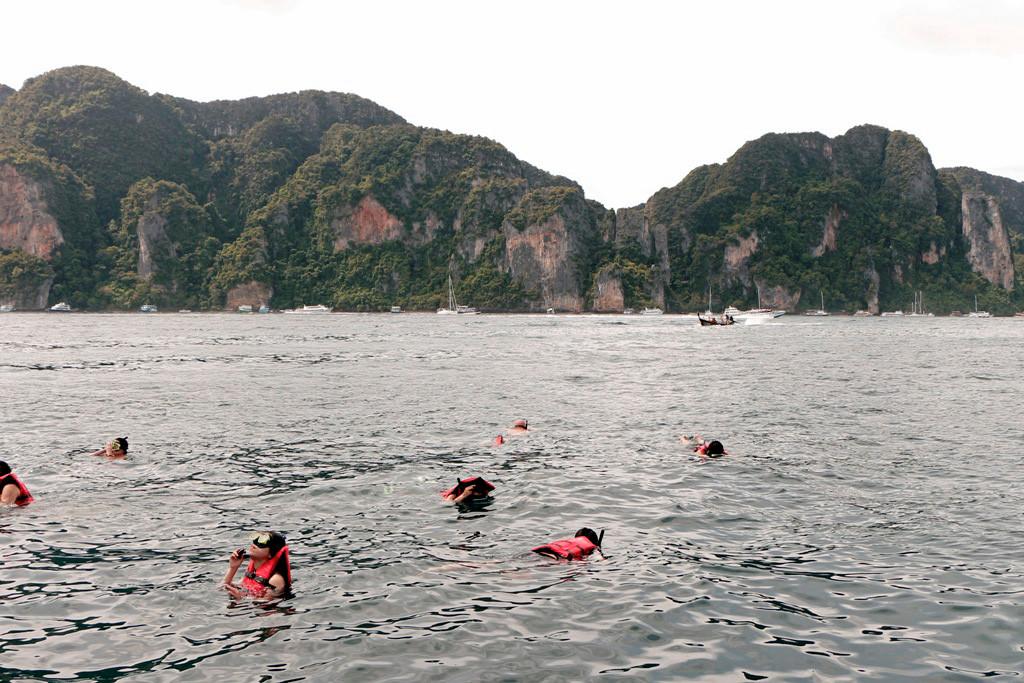 Außen vor der Ton Sai Bucht machen wir halt, Anker geworfen, und viele auf unserem Boot springen zum Schnorcheln in die Adamanen See!