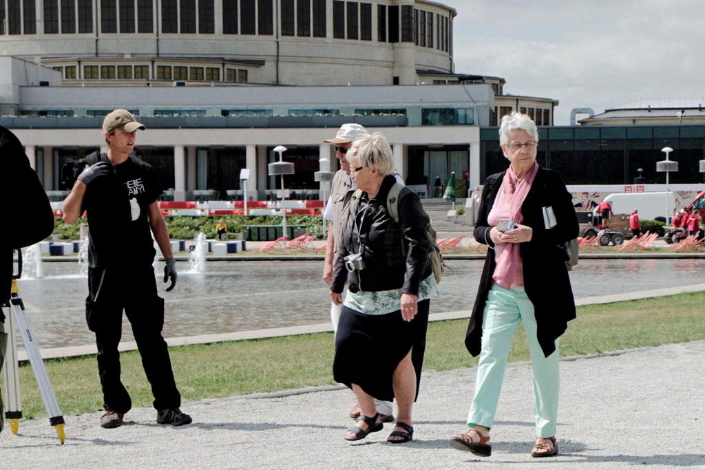"""Brigitte, Hannelore und Dieter während der """"Umrundung"""" des Teiches"""