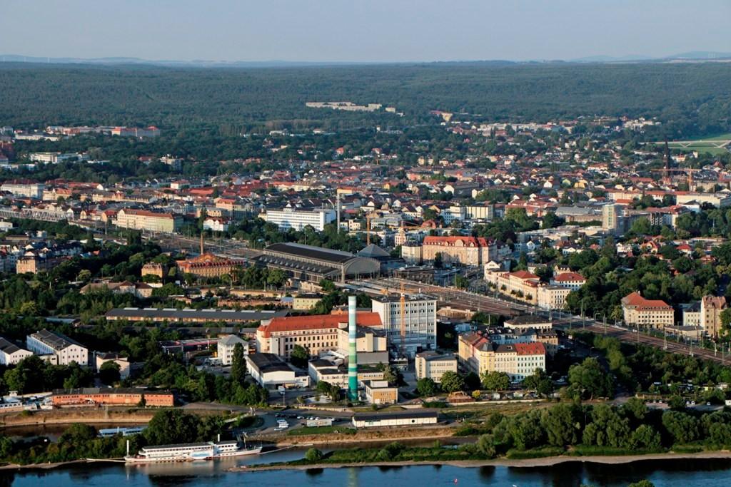 Blick über die Elbe, der Bahnhof Dresden Neustadt, Stadtteile Leipziger Vorstadt und rechts Äußere Neustadt. Ganz außen rechts ein Stüch der Waldschlösschenbrücke
