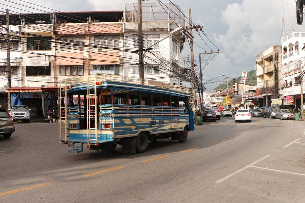 ...gehört zum alltäglichen Straßenbild, der Songtheaw!