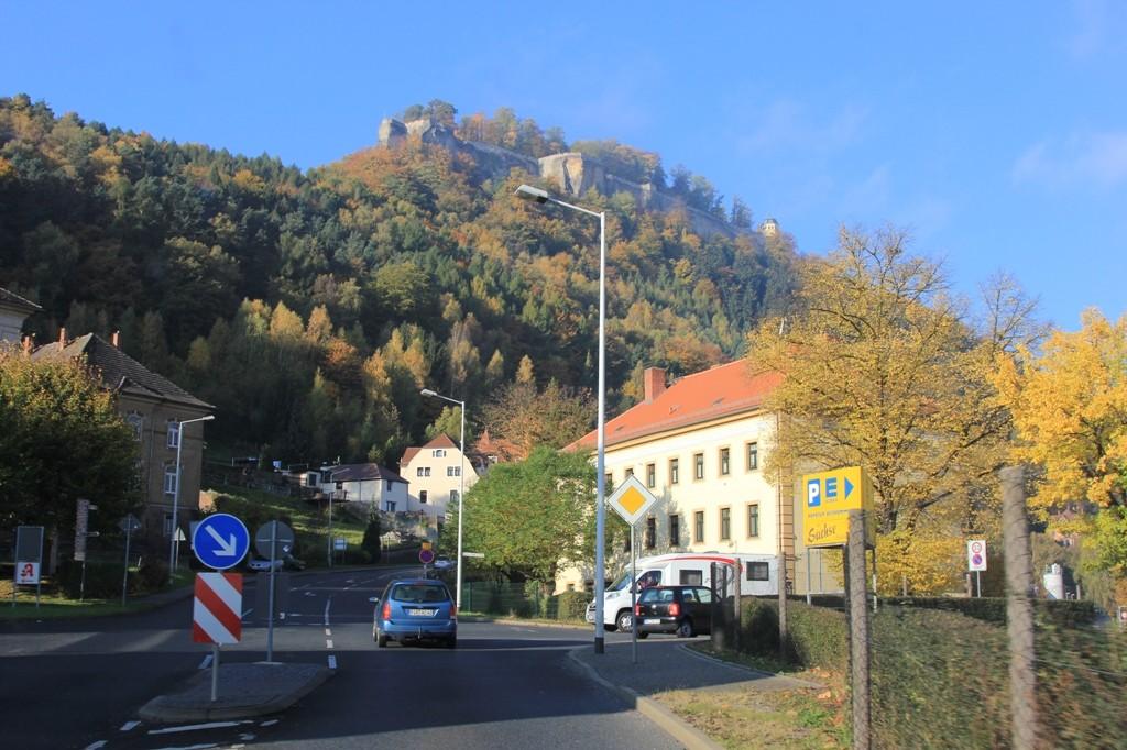 Blick von der Stadt auf die hoch oben thronende Festung