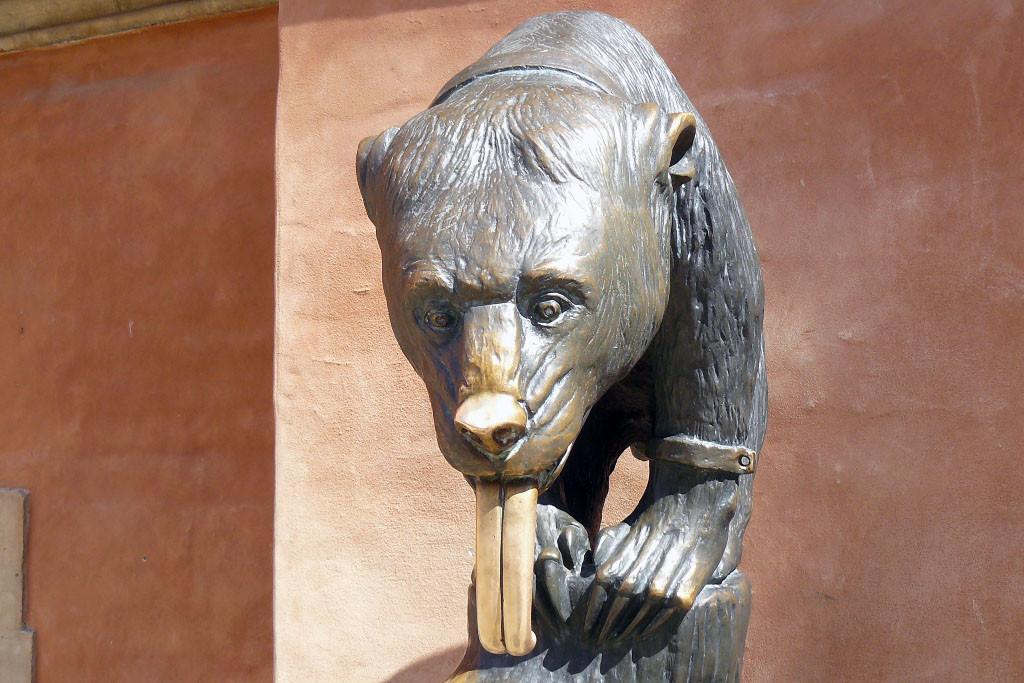 Der Breslauer Bär, einst ein Trinkbrunnen Ist die weltweit einzig wahre Kopie von Ernest Moritz Geyger - der Bärenbrunnen (1902). Das Original ging verloren hatte vor dem Rathaus von Breslau gestanden, aufgebaut wurde er 1904