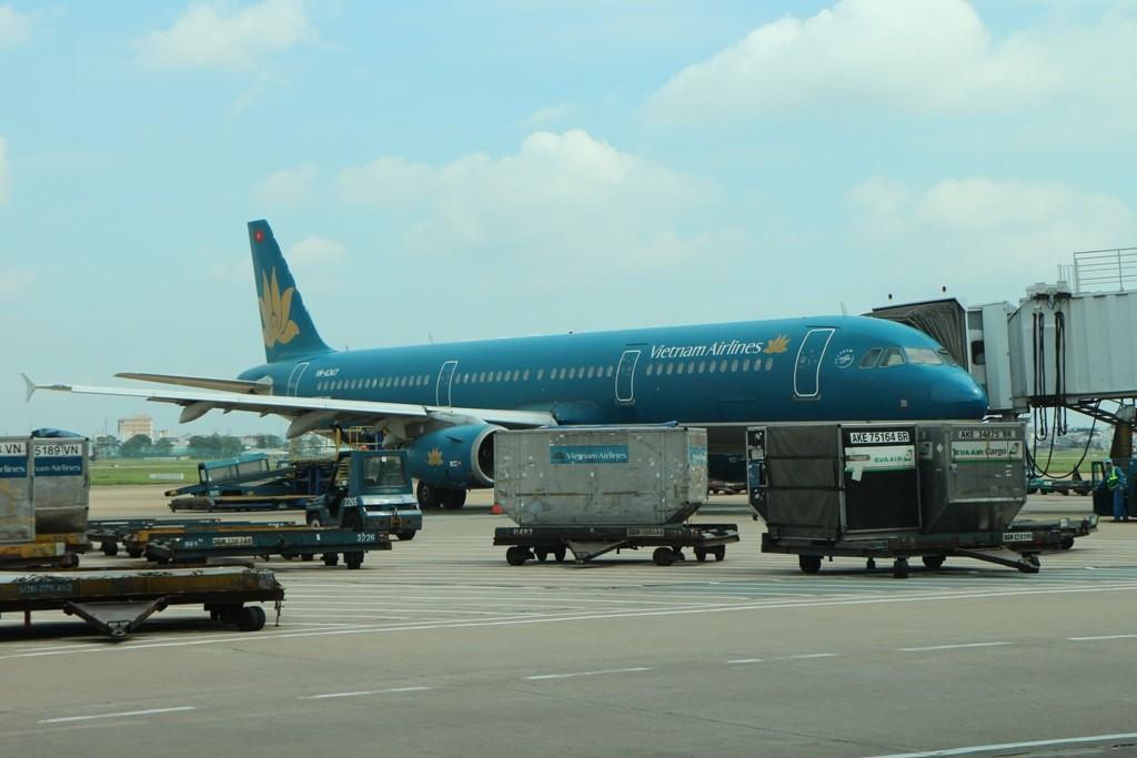 Unsere Maschine der Vietnam Air wird entladen