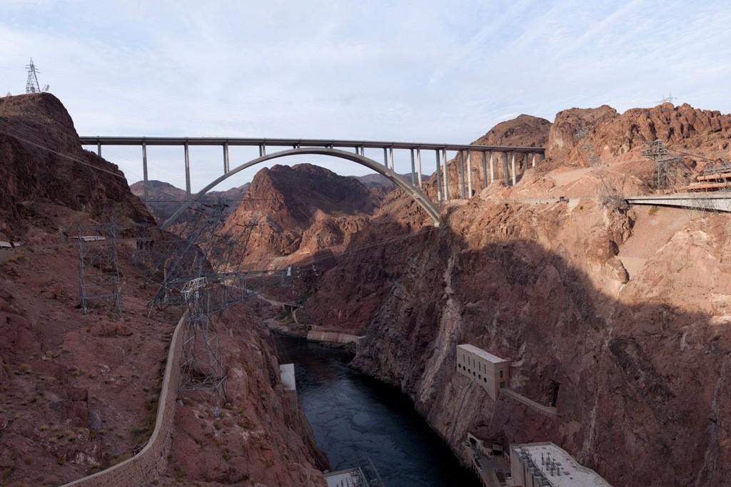 Wir sind ohne Stop, bei recht nebligen Wetter über die Hooverdam Bridge...