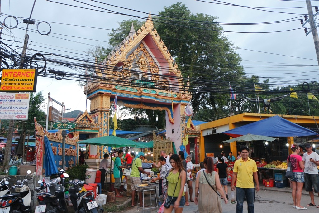 Torbogen, religiöses Portal zum Wat Karon. Zwei mal wöchentlich ist hier Markttag