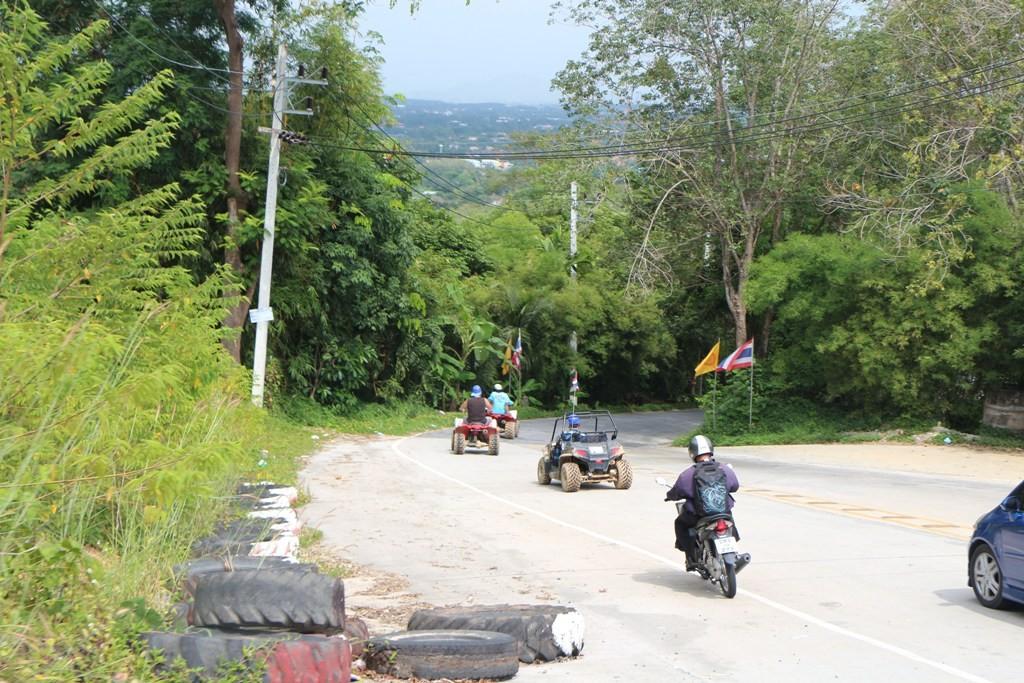 Das Gelände um den Buddhahügel wird auch zum Cross Caring und Paint Ball Spiel genutzt