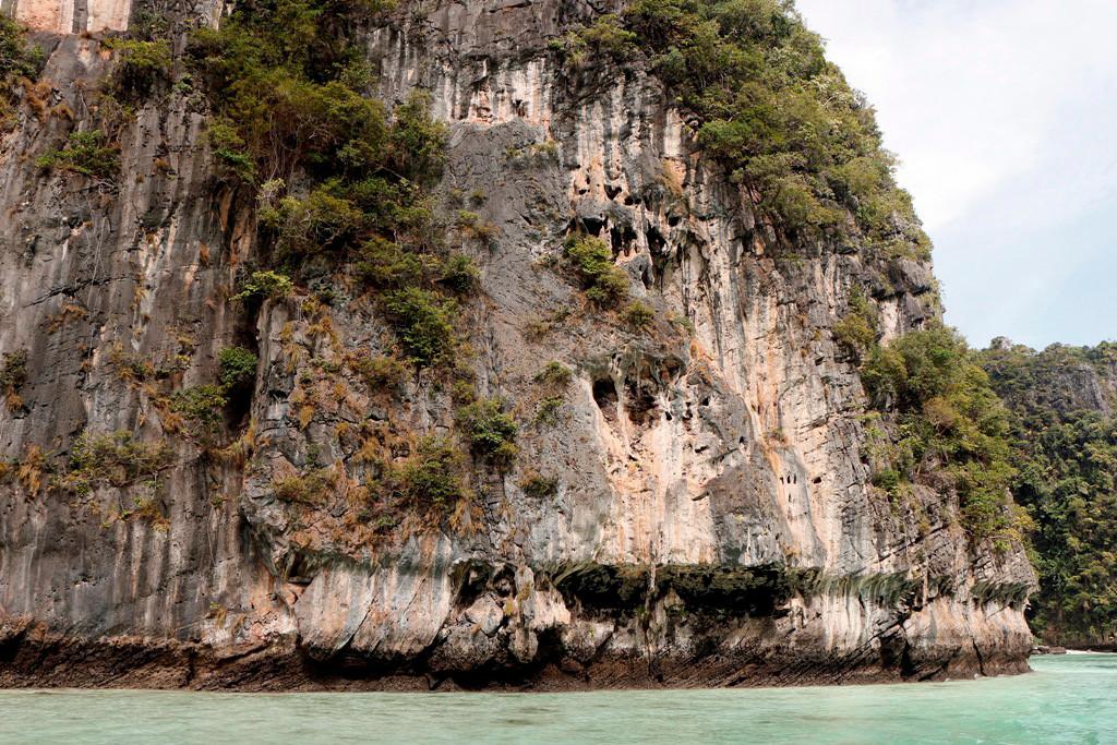 Und wieder hält uns der durch Gehzeiten und Erosion geformte Felsen in Bann.