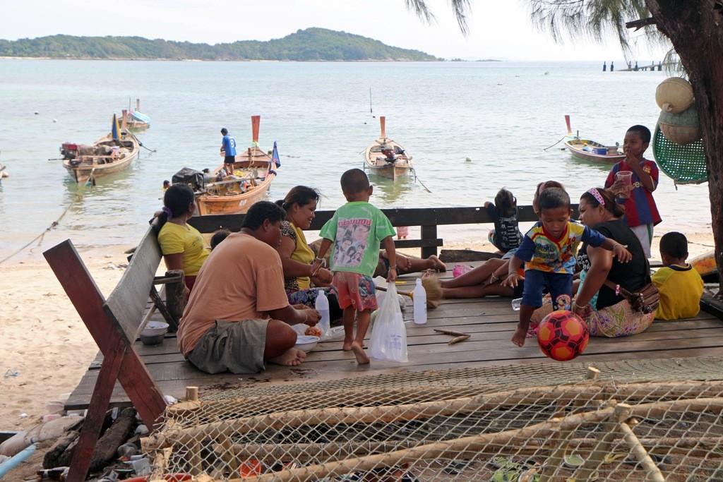 Die komplette Fischerfamilie (Seenomaden) beim Pick Nick - am Ufer liegen ihre Boote!
