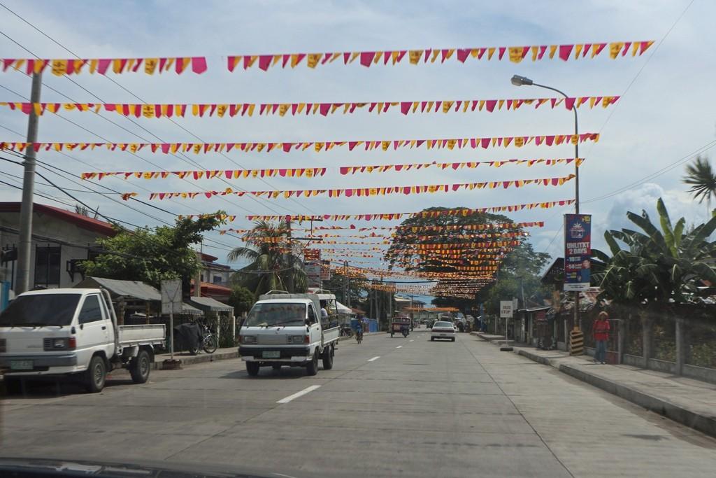 Straßenbild vor der Ortschaft Bais