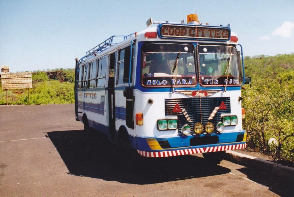 Mit diesem farbenfrohen Shuttle Bus fuhren wir nach Puerto Ayora