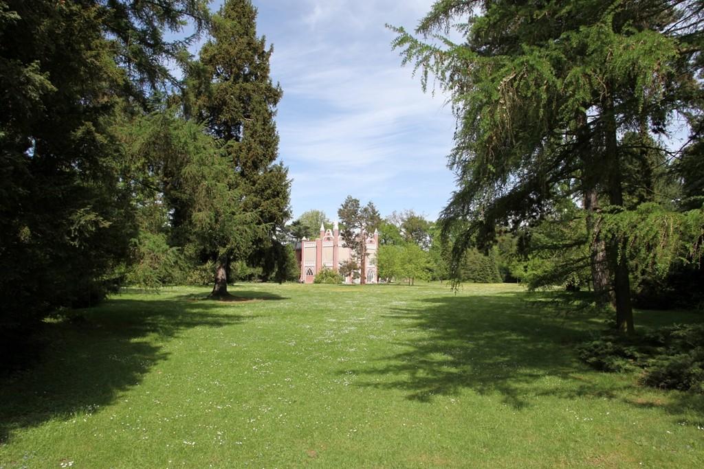 Über die typischen Sichtachsen im Wörlitzer Park sieht man hier auf das Gotische Haus