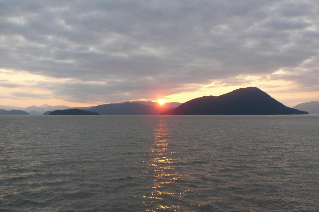 """Wir fahren mit der """"Malaspina"""" der Alaska Marine Highway System (kurz AMHS genannt) und sehen den Sunset in der Inside Passage zwischen Petersburg und Wrangell"""
