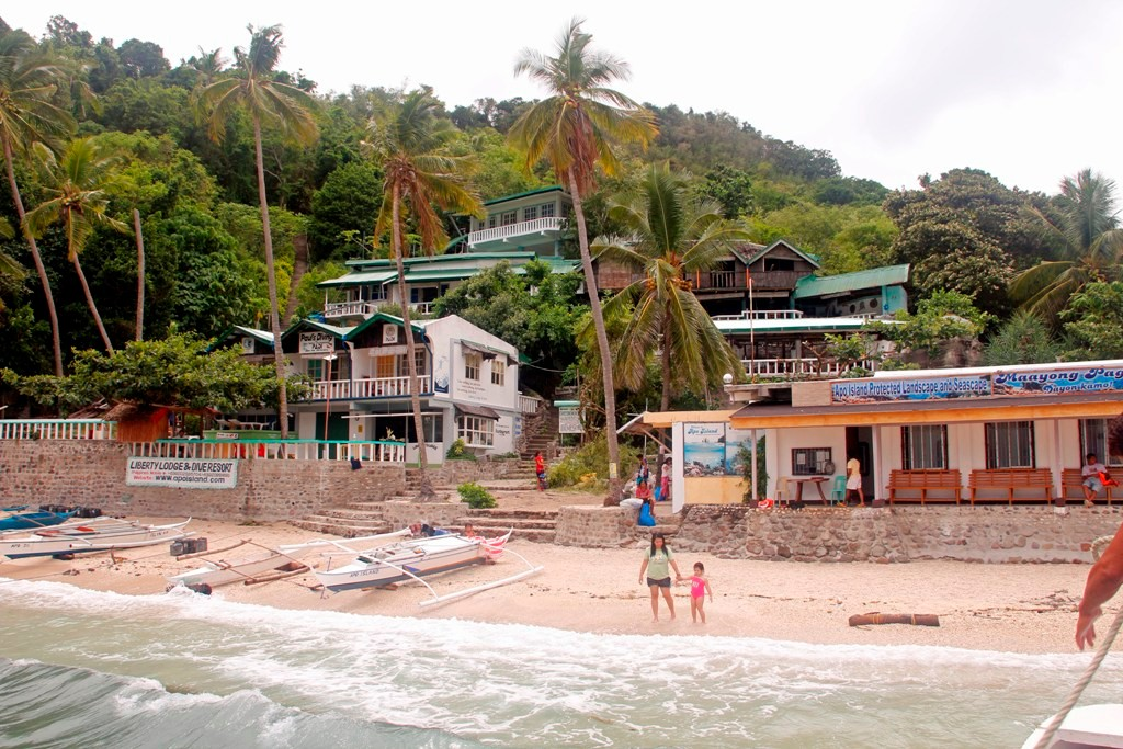...hier landen wir am westlichen Strand von Apo Village.