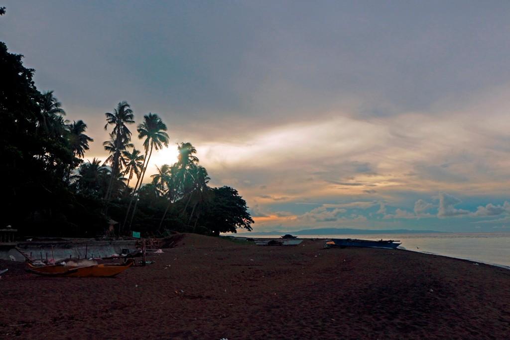 ...der fortgeschrittene Sonnenaufgang in Blickrichtung Bayan ng Bacong