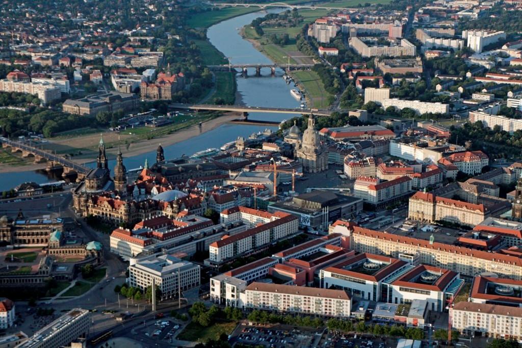 Noch einmal des Altstadtzentrum Dresdens mit dem Finanzministerium und der Staatskanzlei Sachsens (überelbig), Hintergrund re. DD-Johannstadt