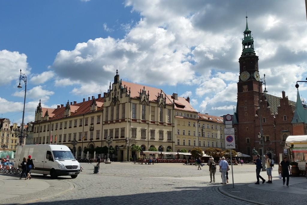 Der Blick auf den Rynek (Großer Ring) wird frei, rechts das historische Rathaus