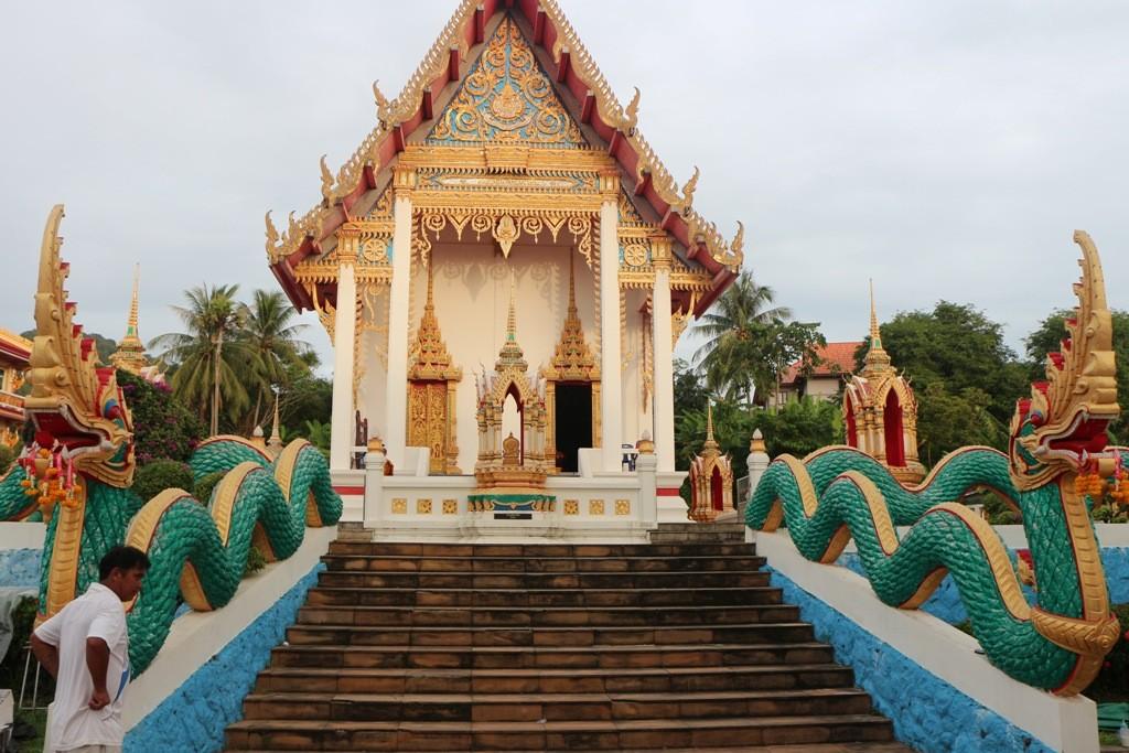 ...Teilansicht des Tempelkomplexes Wat Karon, hier mit Naga