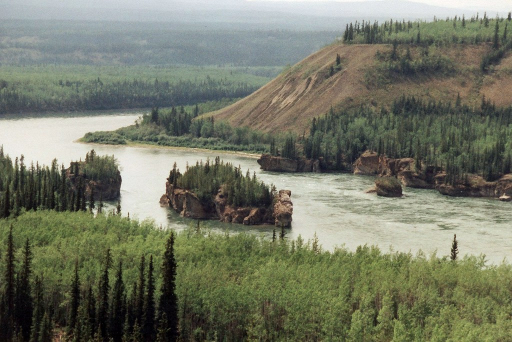 Die Stromschnellen der Five Finger Rapids im Yukon River südl. von Carmacks
