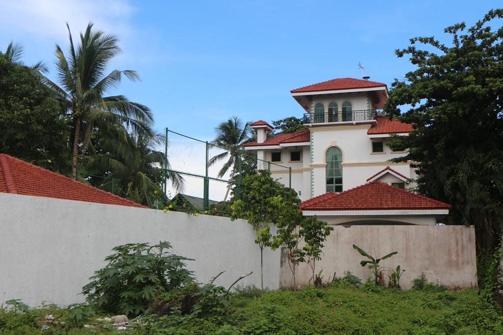 Blick von der C. Ponso Street auf das Gracey Dive Resort!