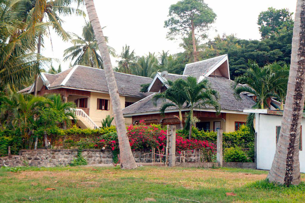 Einige bessere Anwesen entlang der Küste, eine durchwachsene Besiedlung.