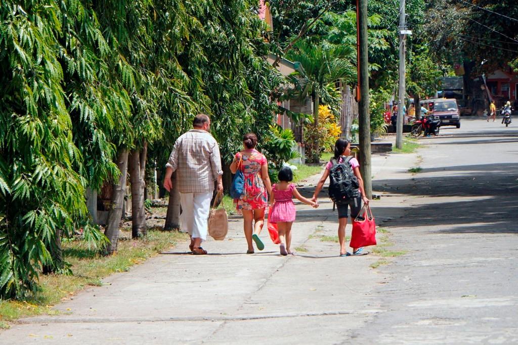 ...der Fußmarsch zum Bus am oberen Ende der Straße!