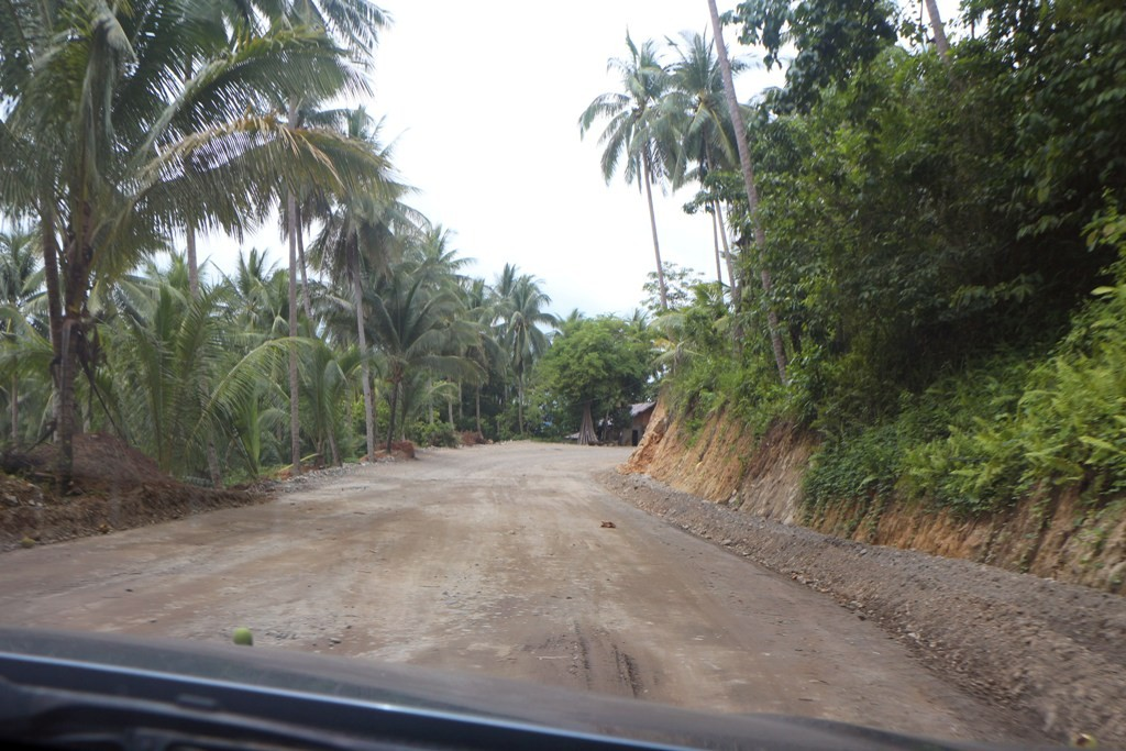 Kurz hinter der Brücke war dann Schluss mit Lustig, die Straße avancierte zur Gravelroad!