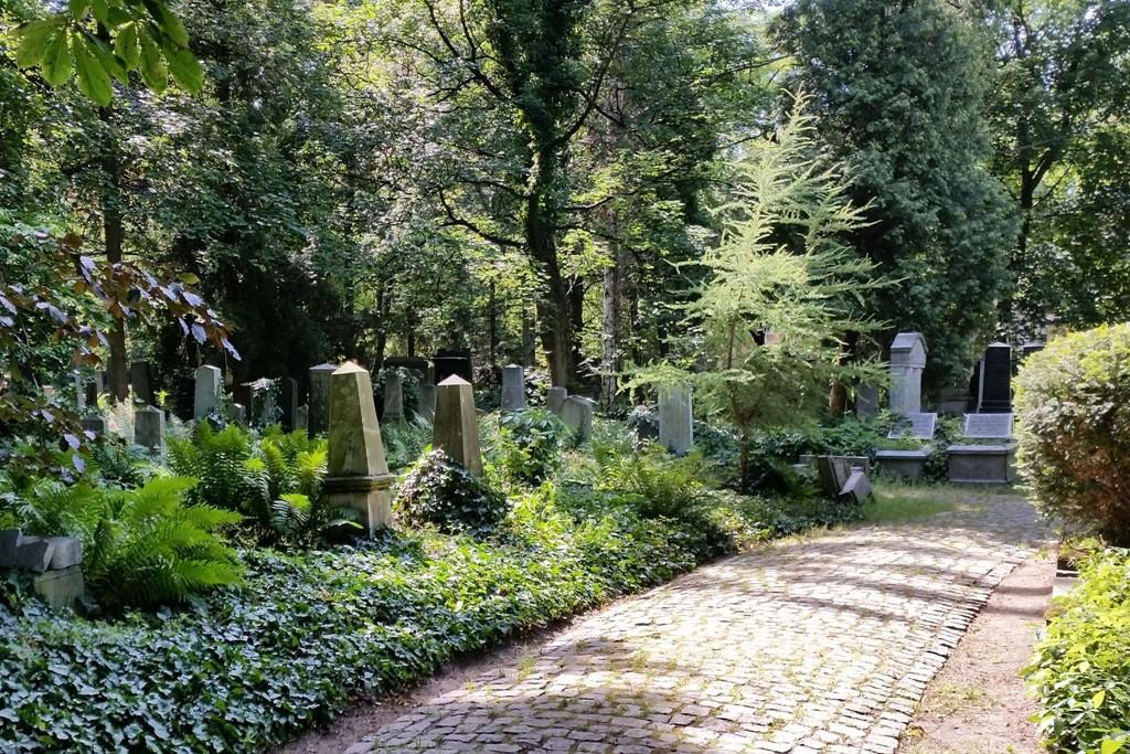 Rund 12.000 Grabsteine stehen auf dem fast fünf Hektar großen mit einer Mauer umschlossenen Gelände.