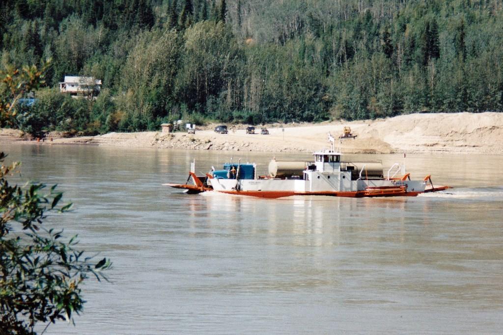 Die rund um die Uhr geöffnete und kostenlose George Black Ferry in Dawson City über den Yukon River