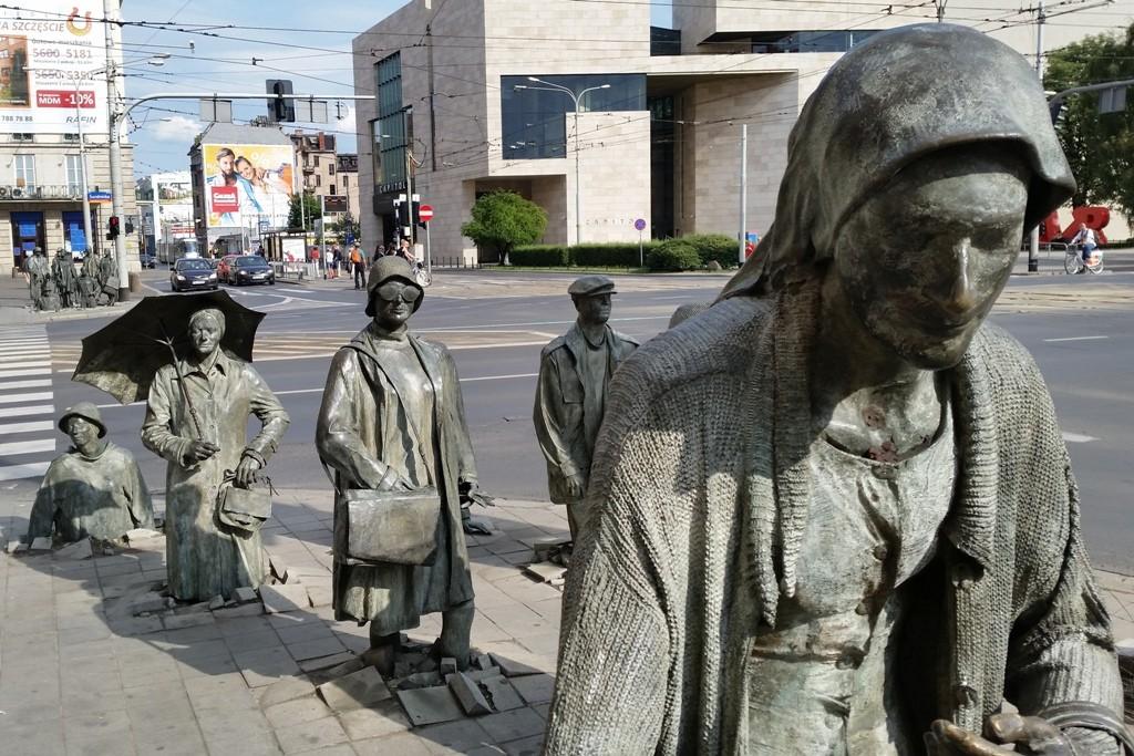 ...wurde an der Kreuzung Świdnicka/Piłsudskiego im Dezember 2005 installiert, um den 24. Jahrestag zu markieren, als in Polen das Kriegsrecht in eingeführt (13. Dezember 1981) wurde.