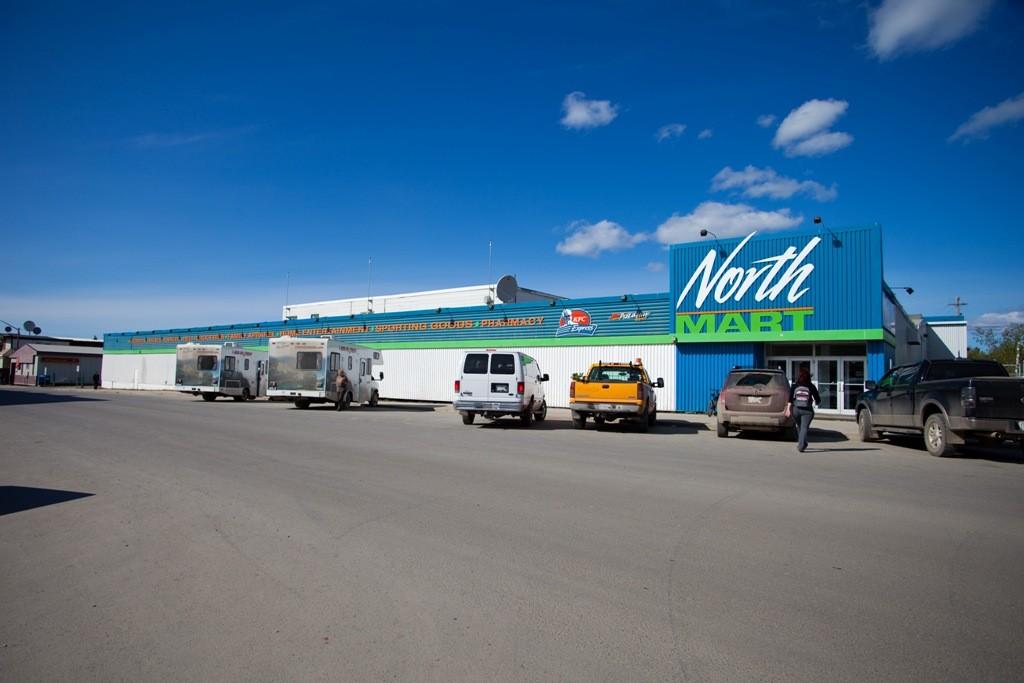"""Einziger Supermarkt Inuvik´s, logisch, hier ist alles teurer, doch das Einkommen der Inuit hier ober ist sehr karg, keine Arbeit am """"Ende der Welt""""!"""