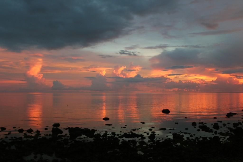 Einige Kilometer entfernt, dieser Strandabschnitt an der Südspitze von Negros, der fantastische Sonnenuntergang nimmt Gestalt an!