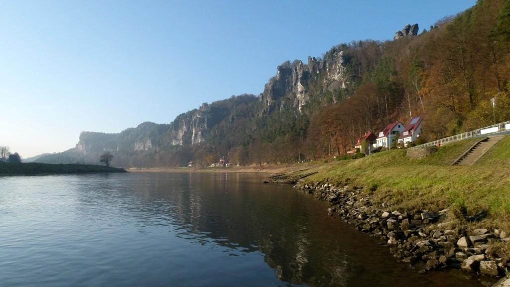 Spätnachmittagssonne scheint auf die gewaltige Felsformationen bei Rathen.