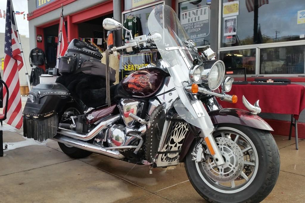 ...eine Harley am Straßenrand die unbedingt fotografiert werden wollte!